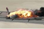 Clip: Máy bay Boeing 720 lao đầu xuống đất nổ tung, chìm trong biển lửa