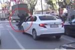 Ô tô chạy quá trớn, huých đổ xe máy dừng chờ đèn đỏ