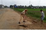 Ảnh: CSGT dọn chất thải, giúp dân tránh tai nạn giao thông