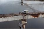 Video: Thót tim nhìn lái xe qua cầu ọp ẹp, siêu hẹp ở Siberia