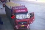 Đứng vào điểm mù của xe tải, nam lao công bị xe lùi cán qua người