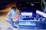 Vì sao nam thanh niên giơ tiền vẫy trước camera trong quán internet?