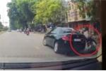 Ô tô quay đầu ẩu, huých ngã xe máy rồi bỏ đi gây phẫn nộ