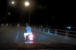 Video: Phóng xe tạt đầu ô tô còn chỉ tay thách thức tài xế