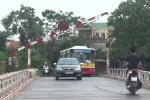 Video: Kỳ lạ phụ xe tự xuống nâng barie mỗi khi xe buýt qua cầu