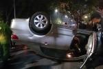 Va chạm xe máy, ô tô con lật ngửa giữa phố Hà Nội