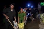 Video: Hàng trăm người trắng đêm căng mình hộ đê ở Chương Mỹ