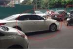 Tài xế Lexus đi sai làn còn thách thức, bị xe máy chặn đường ép đi đúng