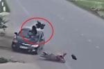 Clip: Sang đường thiếu quan sát, người đi xe máy bị ô tô hất bay lên trời