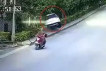 Bi hài ô tô ra khỏi cổng, xoay 180° phi thẳng vào bụi rậm