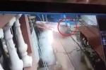 Clip: Chạy xe máy qua đường ray bị tàu hỏa kéo lê, chết tại chỗ