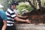 Nghệ sĩ Hoài Linh tự tay dọn dẹp nhà thờ trước lễ giỗ Tổ