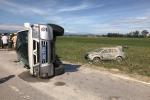 Truy đuổi xe vi phạm, xe CSGT lật nghiêng trên quốc lộ
