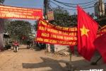 Dân làng ngõ 168 Kim Giang ra đường ở phản đối chủ đầu tư bịt lối đi