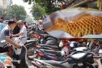 Ảnh: Phố bánh Trung thu truyền thống hút khách, bánh thương hiệu nổi tiếng 'vắng như chùa Bà Đanh'