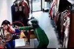 Clip: Thanh niên mặc đồng phục Grab xịt dung dịch lạ vào nhân viên cửa hàng để cướp tiền