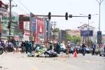 Xe khách vượt đèn đỏ tông hàng loạt xe máy, người nằm la liệt trên đường