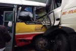 Xe buýt lao đầu vào xe tải, 9 người thương vong