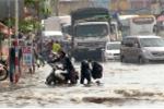 Hàng nghìn người vật vã rời Sài Gòn trong cảnh ngập nước, kẹt xe
