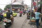 Sau va chạm giao thông, tài xế mặc áo GrabBike đâm gục người đàn ông trên phố Sài Gòn