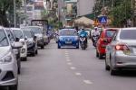 Hàng trăm ô tô dừng đỗ chiếm nửa làn trên con đường mới thông xe ở Hà Nội