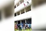 Video: Bị người hướng dẫn đẩy ngã khi tham gia diễn tập cứu hộ, cô gái chết thảm