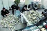 Khách gửi nửa tỷ đồng toàn tiền lẻ, nhân viên ngân hàng khổ sở kiểm đếm trong nửa tháng