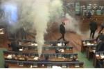 Video: Nghị sỹ Kosovo ném lựu đạn cay khắp quốc hội