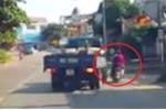 Clip: Xe tải vừa xi-nhan 1 giây đã rẽ, xe máy lách qua tài tình như phim