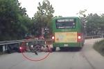 Clip: Cố vượt xe buýt ở khúc cua, xe máy chở 3 tông trực diện xe ngược chiều