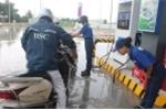 Video: Nhân viên cây xăng Nhật ở Hà Nội cúi gập người chào khách hàng