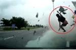Clip: Tài xế bay khỏi cabin xe tải trong tai nạn thảm khốc