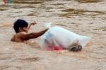 Clip: Cận cảnh học sinh Điện Biên chui túi nilon vượt suối lũ tới trường