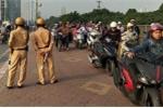 Clip: Thấy CSGT, đoàn người lũ lượt dắt xe máy đi bộ ngược chiều trên vỉa hè