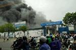 Đang cháy lớn khu nhà xưởng trên đường Phạm Hùng