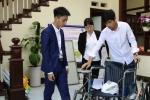 Hai học sinh chế tạo 'xe lăn leo cầu thang'