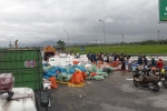 Lật xe container chở hơn 20 tấn hoa quả, dân tập trung thu gom giúp tài xế