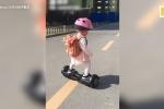 Clip: Bé gái hơn 2 tuổi 'làm xiếc' với xe điện cân bằng khiến người xem sững sờ
