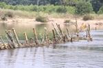 Dân Thừa Thiên - Huế dỡ bỏ 'trận địa' cọc tre chống tàu hút cát trên sông
