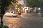 Hà Nội mưa trắng trời, người dân chống gậy lội bì bõm