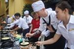 Ảnh: Thủy thủ Mỹ trổ tài đổ bánh xèo, làm mỳ Quảng