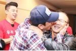 Video: Sao Hàn Quốc vào phòng họp báo ôm hôn chúc mừng HLV Park Hang Seo sau chiến thắng U23 Thái Lan