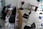 Truy bắt kẻ xông vào cửa hàng Viettel dùng dao kề cổ nhân viên cướp tài sản ở TP.HCM