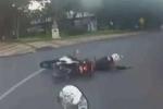 Lướt môtô trên phố, 2 cảnh sát đồng loạt ngã gãy chân