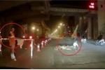 Clip: Xe máy phóng nhanh tự ngã và phản ứng gây tranh cãi của nhân viên công trình