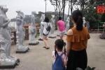 Phụ huynh dẫn trẻ tham quan tượng 12 con giáp gây tranh cãi ở Đồ Sơn