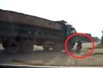 Clip: Đi vào điểm mù của xe tải, xe máy bị cán trúng