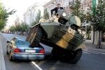 Clip sốc: Mercedes siêu sang đỗ sai quy định, bị xe tăng nghiền nát trên phố