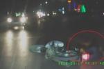 Clip: Chạy xe máy ngông nghênh trước đầu ô tô, thanh niên ngã sấp mặt