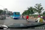 Xe buýt đột ngột quay đầu, hất văng xe máy: Xử lý nghiêm tài xế